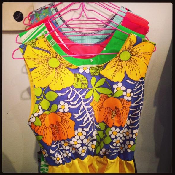 klänning blommig gul färgglad