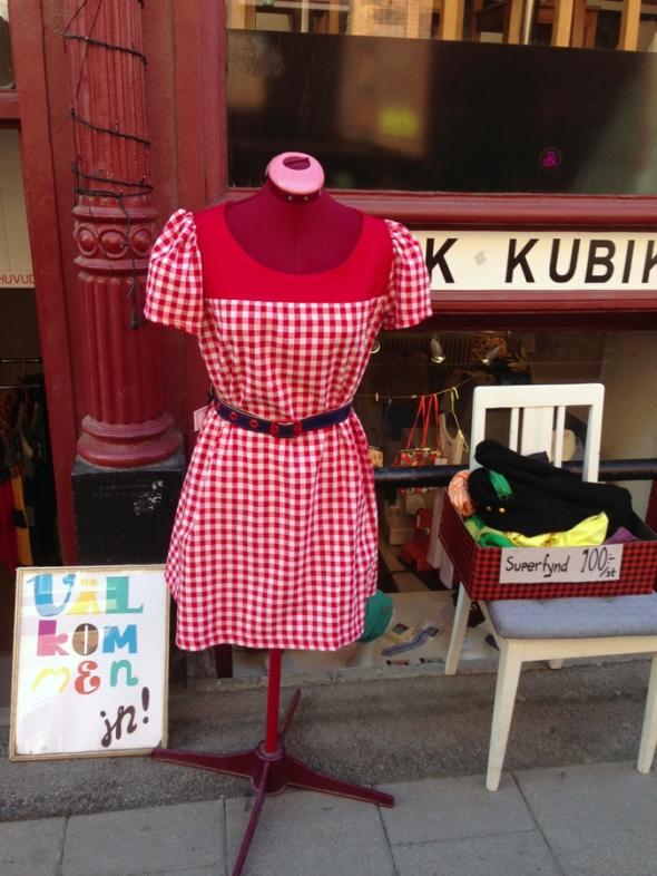rutig röd vit klänning unik design