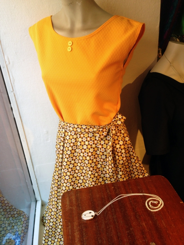 brandgul klänning från birgit och benny blommig 70s