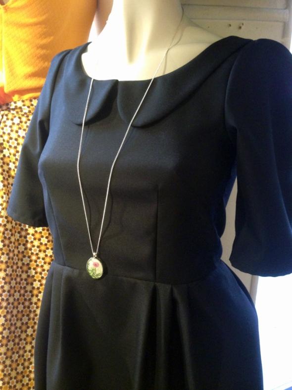skräddad marinblå klänning fint halsband ricin