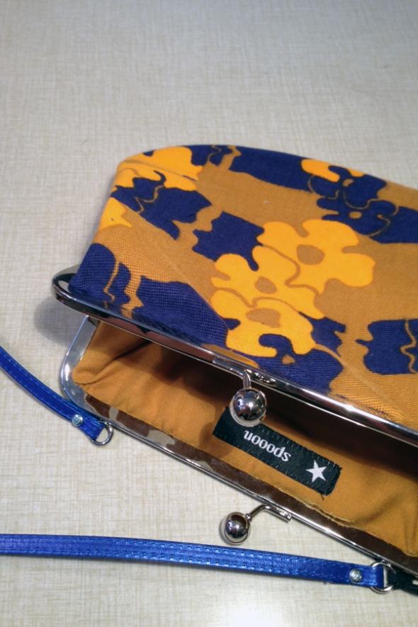 70talsblommig handväska mörkblå orange