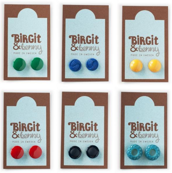 örhängen från lilla märket birgit och benny med färgglad retrokänsla tillverkade av vintage knappar från förr